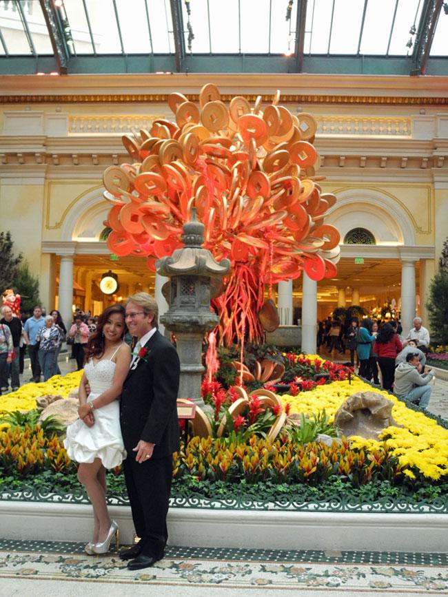 Brautpaar im Bellagio Conservatory - Las Vegas // © Sarah Geßner
